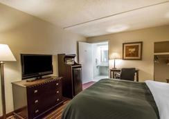Quality Inn & Suites at Tropicana Field - Saint Petersburg - Phòng ngủ
