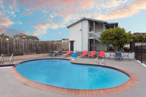 Ramada by Wyndham Monterey - Monterey - Pool
