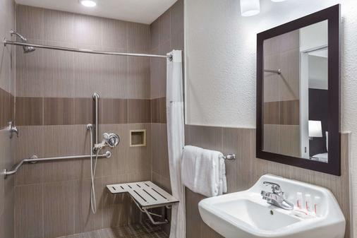 Ramada by Wyndham Monterey - Monterey - Bathroom