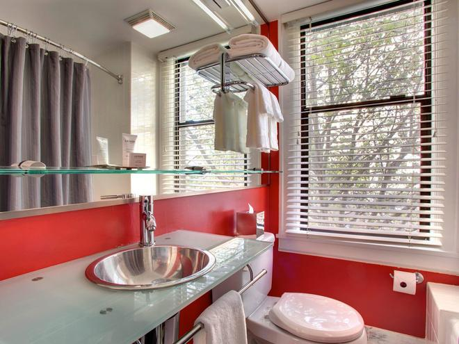 Hotel Max - Seattle - Bathroom