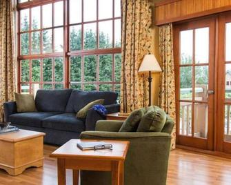 Painter's Lodge - Campbell River - Living room