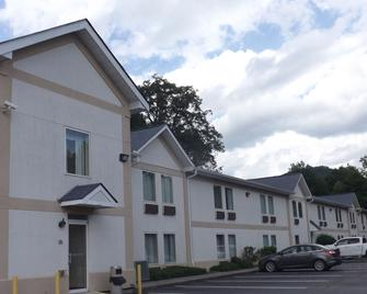 Gateway Inn & Suites - Dillard - Building