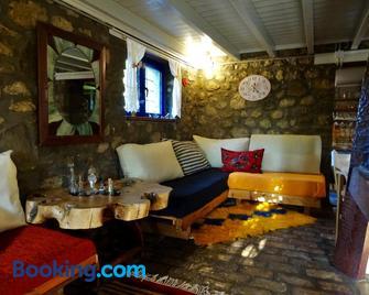 Marina's Stone Cottage - Pramanta - Wohnzimmer
