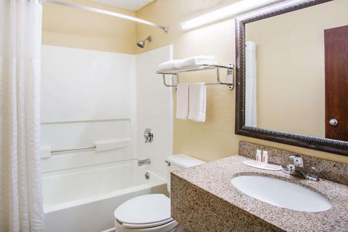 Super 8 by Wyndham Harrisonburg - Harrisonburg - Phòng tắm