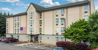Rodeway Inn & Suites near Outlet Mall - Asheville - אשוויל