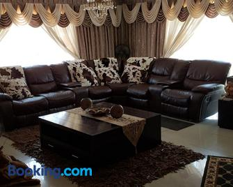 Granchis Guesthouse - Sun City - Wohnzimmer
