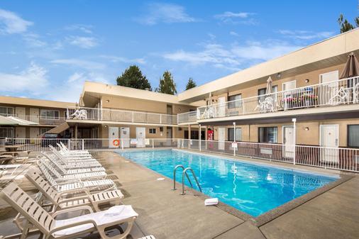 西耶斯塔套房渡假村 - 科隆納 - 基洛納 - 游泳池