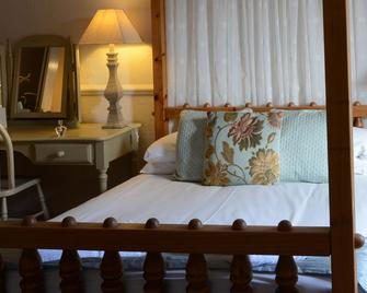 The Feathers Hotel - Holt - Bedroom