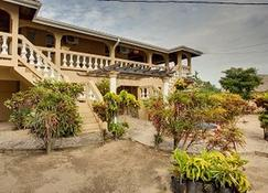 Caribbean Shores Bed & Breakfast - Hopkins - Edificio