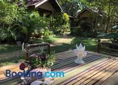White Beach Front and Cottages Hinugtan Resort in Buruanga - Buruanga - Wohnzimmer