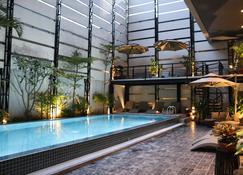 HH 飯店與天空酒吧 - 金邊 - 游泳池