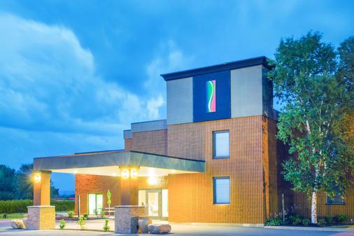 Super 8 by Wyndham Plattsburgh - Plattsburgh - Gebäude