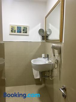 Sangiuliano 114 - Catania - Phòng tắm