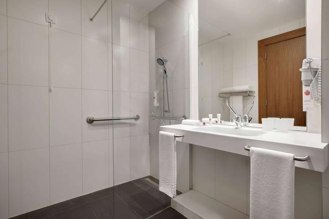 Ramada by Wyndham Lisbon - Lisbon - Bathroom