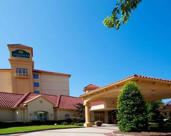 La Quinta Inn & Suites by Wyndham Greensboro NC - Greensboro - Building
