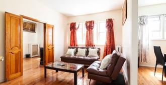 Beautiful 2 Bed Apt, Near Jfk, Coney Island , Barclay Center - Brooklyn - Living room
