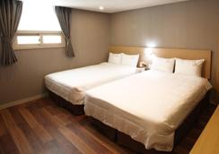 Business Hotel Haeundae S - Busan - Bedroom