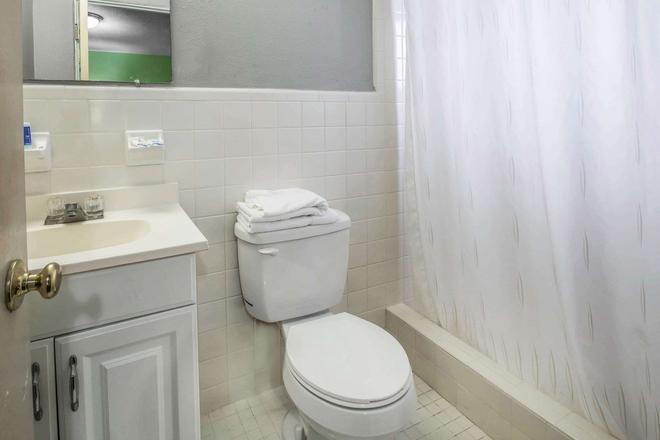 Rodeway Inn & Suites - Winter Haven - Baño