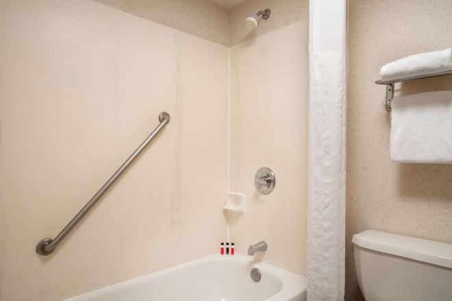 Days Inn & Suites by Wyndham Denver International Airport - Denver - Baño