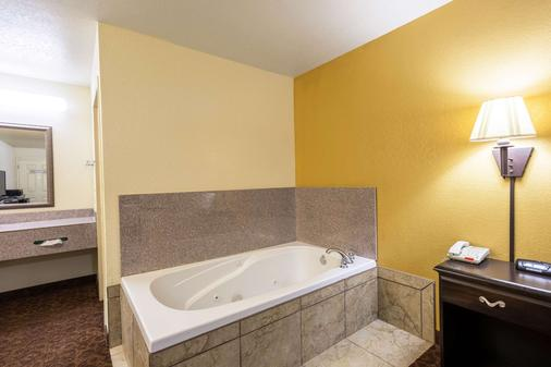 Econo Lodge Inn and Suites Searcy - Searcy - Bathroom