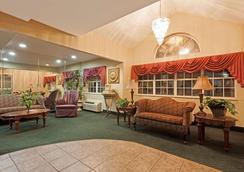 Microtel Inn & Suites by Wyndham Brandon - Brandon - Lounge