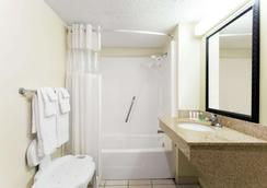 Howard Johnson by Wyndham, Tallahassee - Tallahassee - Baño