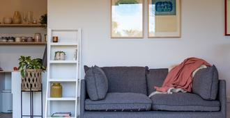 Roker Street Retreat - Contemporary Kiwi Styled Studio - Christchurch - Living room