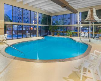 Ramada Hotel & Conference Center by Wyndham Paintsville - Paintsville - Pool