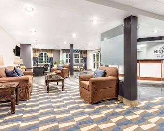 Microtel Inn & Suites by Wyndham Bremen - Bremen - Living room