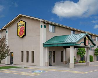 Super 8 by Wyndham Willmar - Willmar - Building
