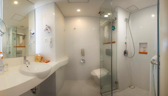 Harris Hotel and Conventions Denpasar Bali - Denpasar - Bathroom