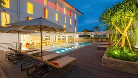 Harris Hotel and Conventions Denpasar Bali - Денпасар (Бали) - Бассейн