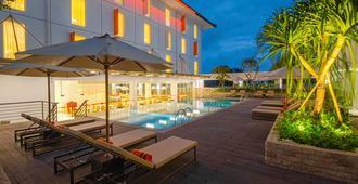 Harris Hotel and Conventions Denpasar Bali - دنباسار - حوض السباحة