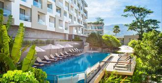 The Andaman Beach Hotel Phuket Patong - Phuket - Piscina