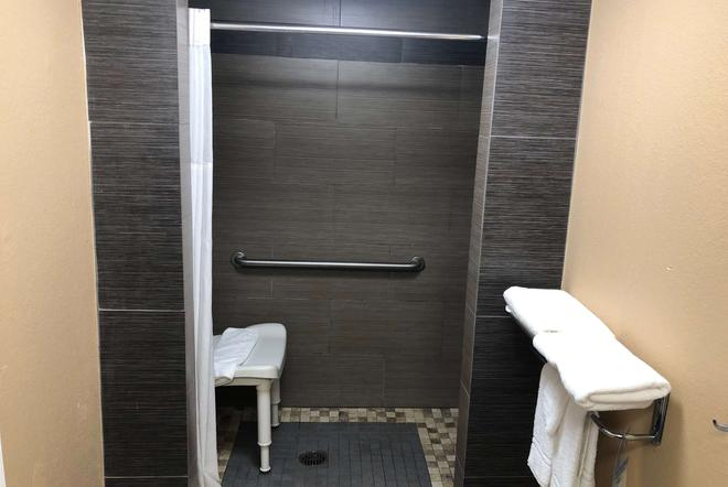 Days Inn by Wyndham Columbus - Columbus - Bathroom