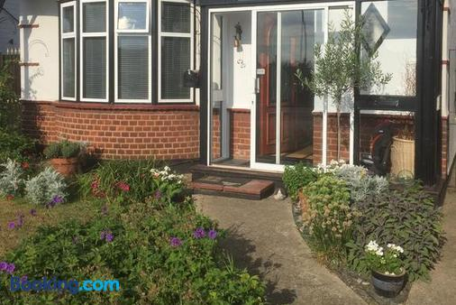 Southend Airport Bed & Breakfast - Rochford - Building