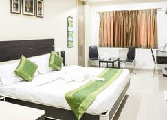 Treebo Trend Bagga International - Aurangabad - Bedroom