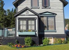 Historical Guest House Bed and Breakfast - Whitehorse - Building