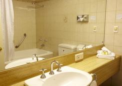 Adelaide Meridien Hotel & Apartments - Adelaide - Bathroom