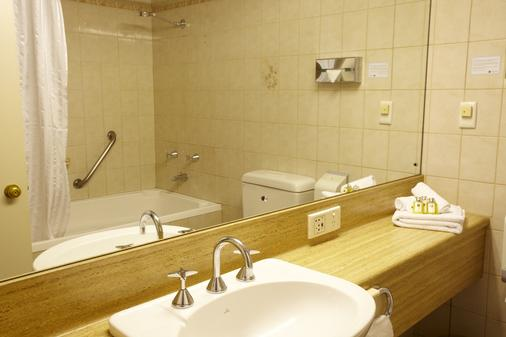 Adelaide Meridien Hotel & Apartments - Adelaide - Bathroom