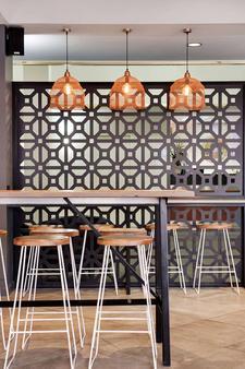 Adelaide Meridien Hotel & Apartments - Adelaide - Dining room