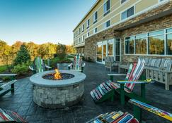 Fairfield by Marriott Inn & Suites Plymouth White Mountains - Плимут - Патио