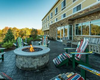 Fairfield by Marriott Inn & Suites Plymouth White Mountains - Plymouth - Patio