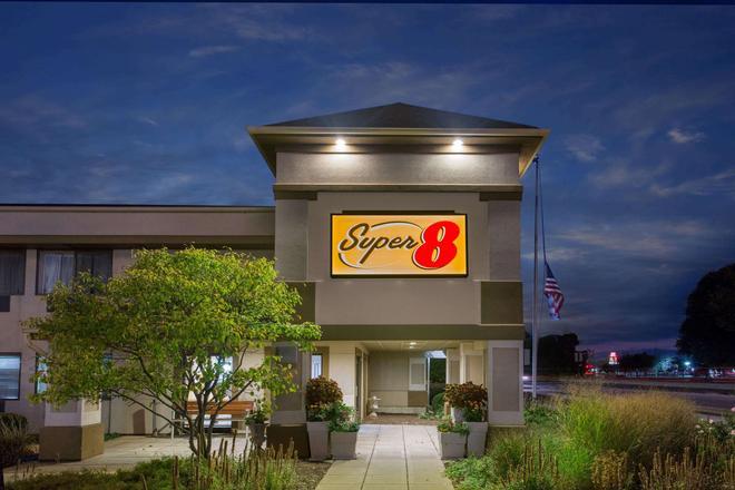 Super 8 Beloit - Beloit - Building