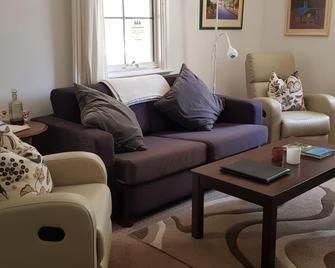 Amy's House Bed & Breakfast - Auburn - Living room
