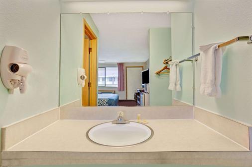 Days Inn by Wyndham Seattle South Tukwila - Tukwila - Bathroom