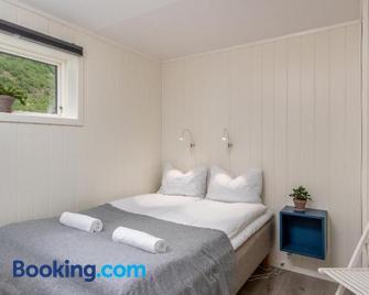 Spacious two bedroom basement apartment - Flåm - Bedroom