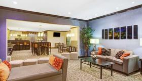 Baymont by Wyndham Dallas/ Love Field - Dallas - Living room