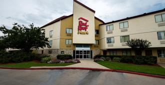 Red Roof Inn Plus+ Houston - Energy Corridor - Houston - Byggnad