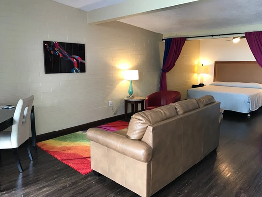 CCBC Resort Hotel - A Gay Men's Resort - Cathedral City - Living room